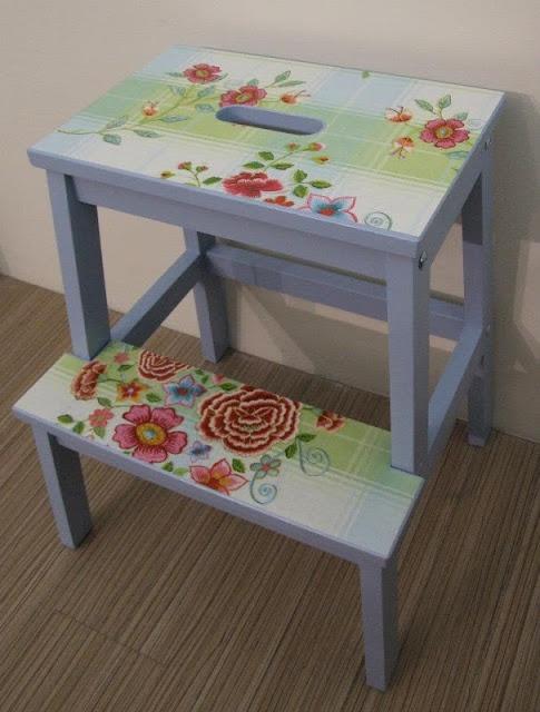 Ikea hack - paint, wallpaper, varnish - leuk idee om je stoeltje wat op te fleuren