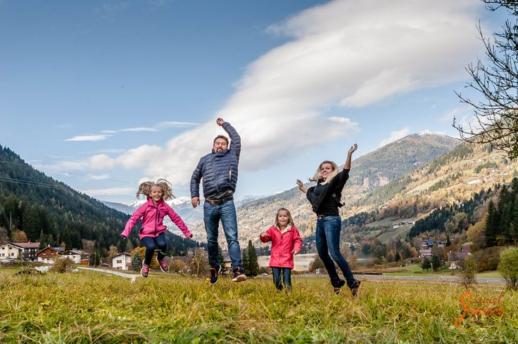 Familie Wallasch  Models: Sabrina, Markus, Gloria und Lisa Foto: Daniel Janesch  Canon EOS 30D, Canon EF24-70mm f/2.8L USM, 24mm, ƒ/4, 1/1600s, ISO 400  #shooting #outdoor #familie #family #herbst #autumn #grün #gruen #green #wiese #meadow #lächeln #leacheln #smile #pink #berge #mountains #bäume #baeume #trees #wald #forest #schnee #snow #blau #blue #springen #jump #himmel #sky