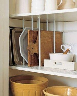 Längenverstellbare Gardinenstangen helfen, Ordnung im Regal zu halten. Super Idee zum Platz sparen und Ordnung schaffen in der Küche. Noch mehr Tipps gibt es auf www.Spaaz.de