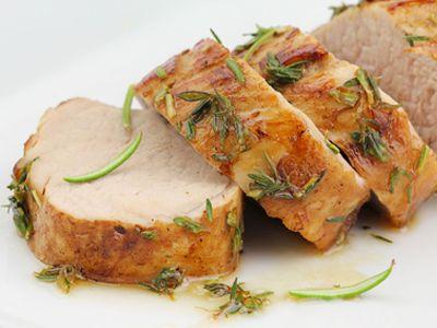 Simple et délicieux !  1. Mélangez la moutarde, le miel, l'huile, l'ail et le thym dans un grand bol pour obtenir la marinade. 2. Versez-la sur la viande, en l'enrobant bien et laissez repos...