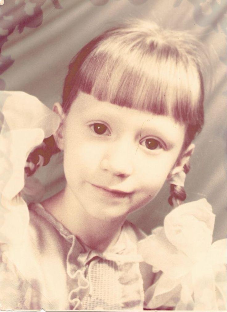 8. Вещь из детства. Мое любимое платье, мне лет 7-8. Платье сиреневое, блестящая ткань. На груди пластрон с оборками, слегка расклешенный крой и небольшая оборка по подолу. Рукава короткие, прямые.  Поняла общее про детскую одежду, которая мне нравилась – простой крой, воланы (!) и необычная ткань