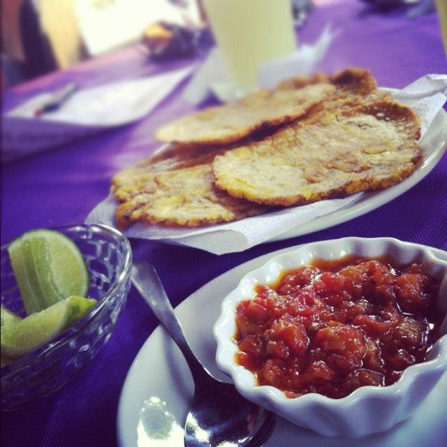 Comida Colombiana, patacones con hogao!!