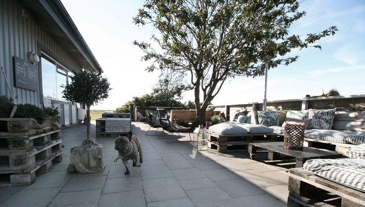 Uteservering på Hattaviken – lounge byggd av lastpallar. #inredning #terrass #pallets #lastpall