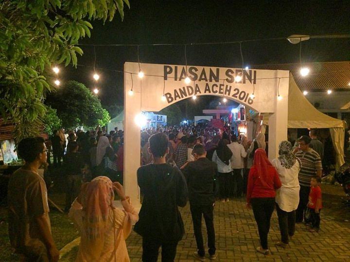 """Warga Kota Banda Aceh benar-benar memadati arena Piasan Seni Banda Aceh malam ini. Tampak dari gate utama deretan stand Teater paling diminati warga. Teater Nol Unsyiah sedang mempertontonkan """"Bukan Hitam Putih"""". Penonton pasti penasaran terus apa??  #bandaaceh #piasanseni #piasanseni2016 #piasansenibandaaceh2016 #piasansenibna #pameranpembangunan #bandaacehmembangun #berkaryauntuknegeri #bustanussalatin #bandaacehmasadepan #piasansenibna2016 - Piasan Seni Banda Aceh 2016…"""