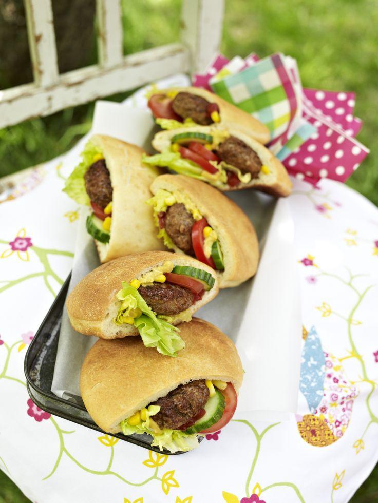 Knuspriges Pita-Brot gefüllt mit Mais, Gurken, Tomaten, Hackfleischbällchen und Dressing burdafood.net-Archiv/Oliver Brachat http://www.daskochrezept.de/meine-familie-und-ich