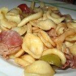 Orecchiette con pomodorini, crudo e olive