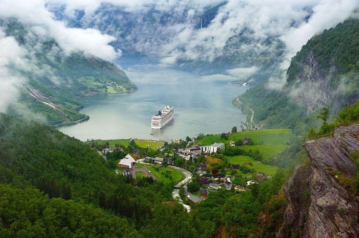 Круизный лайнер в Гейрангер-фьорде, Суннмёре, Норвегия - Путешествуем вместе