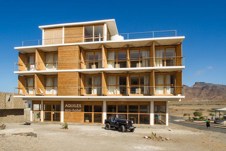 Construído na 2014 na São Pedro, Cabo Verde. Imagens do Ricardo Nascimento . Na praça principal duma pequena aldeia piscatória, o Hotel tenta integrar-se na arquitetura e na estrutura social do lugar.  A arquitetura é simples,...
