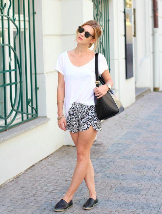tričko (střih, hluboký výstřih do V), kombinace (tričko + krátké kraťasy + boty bez podpatku)