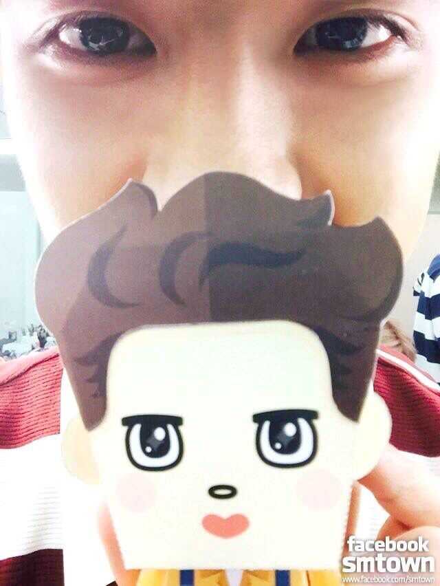 EXO D.O - selfie time with 'EXO Paper Toy'