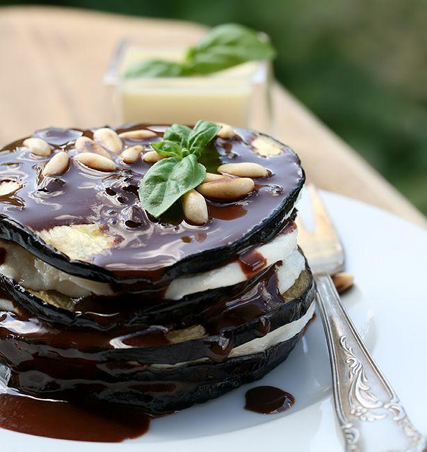Millefoglie di melanzana e bufala all'olio di cioccolato | http://www.ilpastonudo.it/castadiva/il-cibo-degli-dei/millefoglie-di-melanzana-e-bufala-allolio-di-cioccolato/