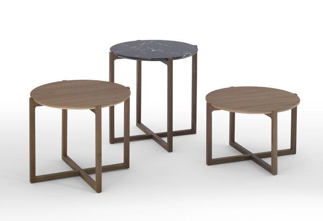 Mesas auxiliares redondas Lotta con sobre de mármol o madera MDF y patas de nogal.