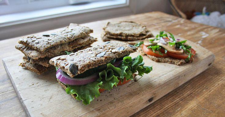 Le pain à l'oignon est l'un des classiques de l'alimentation vivante. J'ai voulu cette version simple, polyvalente, savoureuse et nourrissante.