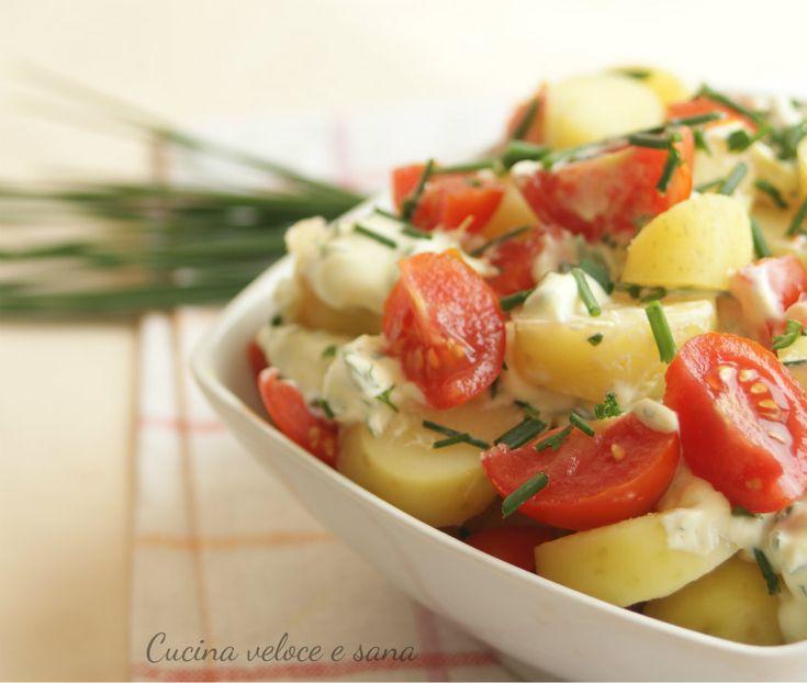 Insalata di patate novelle e pomodori con salsa allo yogurt
