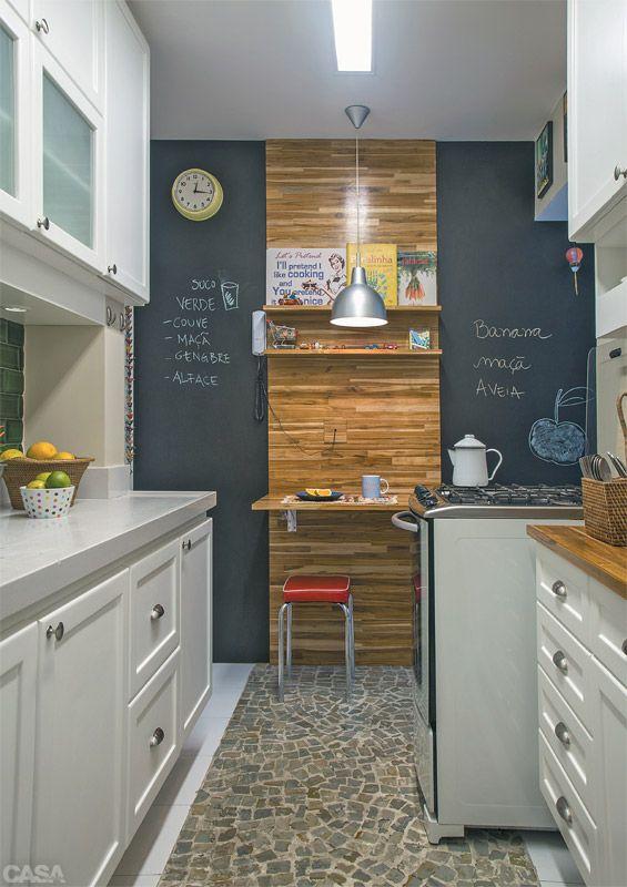 Idéia perfeita para cozinha pequena, mas funcional! Combina exatamente com a minha cozinha! O quadro negro na parede é exatamente o que preciso pra colocar lembretes e recadinhos rápidos e básicos!