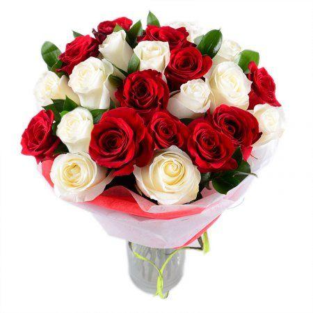 Букет «С любовью» - это прекрасные розы, собранные в роскошный букет. Они, как Инь и Ян, как две половинки одного целого, объединяют две энергии - любви и чистоты, начала и продолжения.