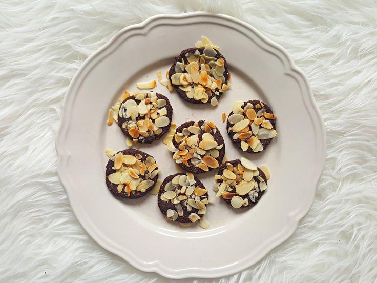 Dziś na blogu przepis na proste ciasteczka, które nie wymagają pieczenia. Podoba mi się to, że cała słodycz w tych ciastkach pochodzi z owoców – z suszonych fig i suszonych moreli. Te ciastka są pyszne w formie małych czekoladowych placków, ale można też po prostu uformować je w kuleczki i jeść w takiej postaci. Będą wtedy smakowały trochę jak słodkie trufle, np. te kakaowe trufle bez cukru. Dzięki temu, że ciasteczka zawierają figi, to przyjemnie chrupią podczas jedzenia – uwielbiam je…