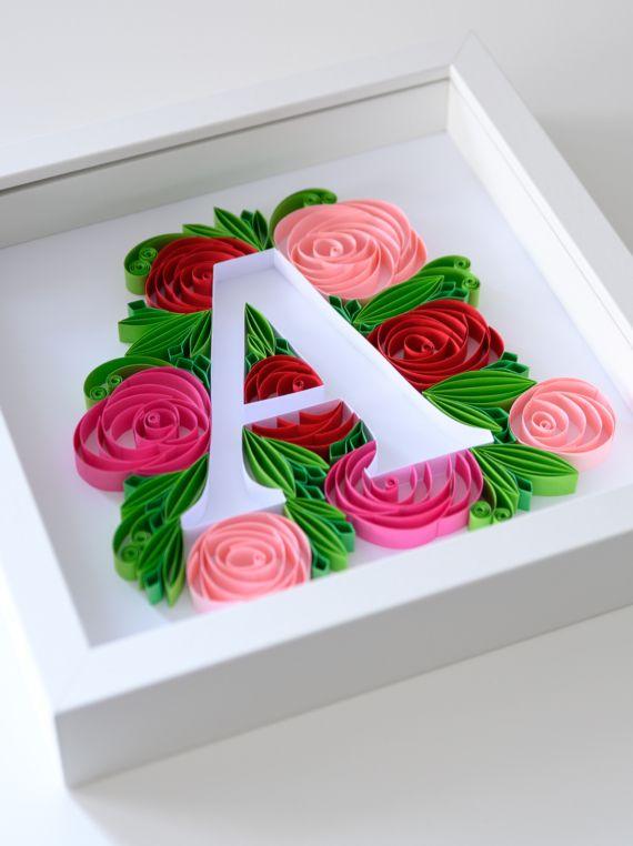 Inicjal Na Sciane Literka A W Ramce Dekoracja Pokoju Dzieciecego Kwiaty Z Papieru Roze Floral Wall Decor Monogram Letters Quilling