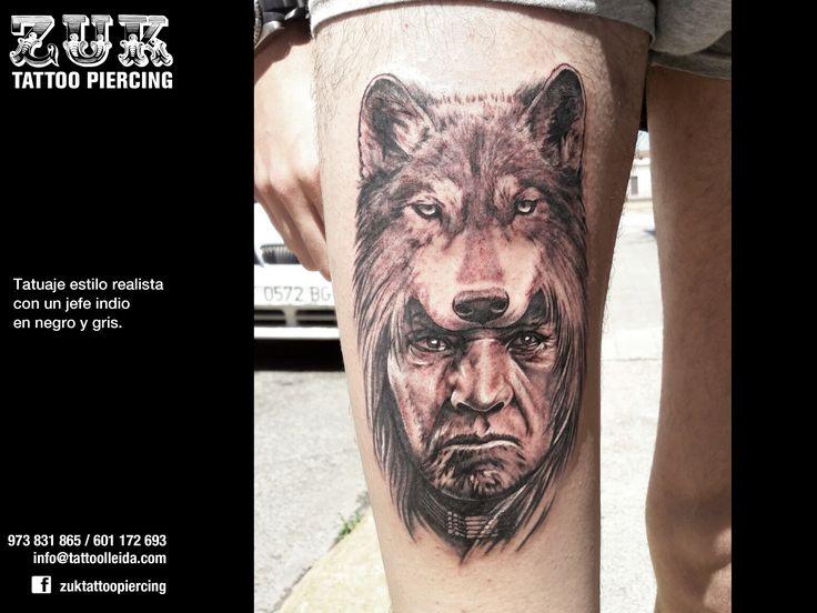 Tatuaje estilo realista con un jefe indio en negro y gris.
