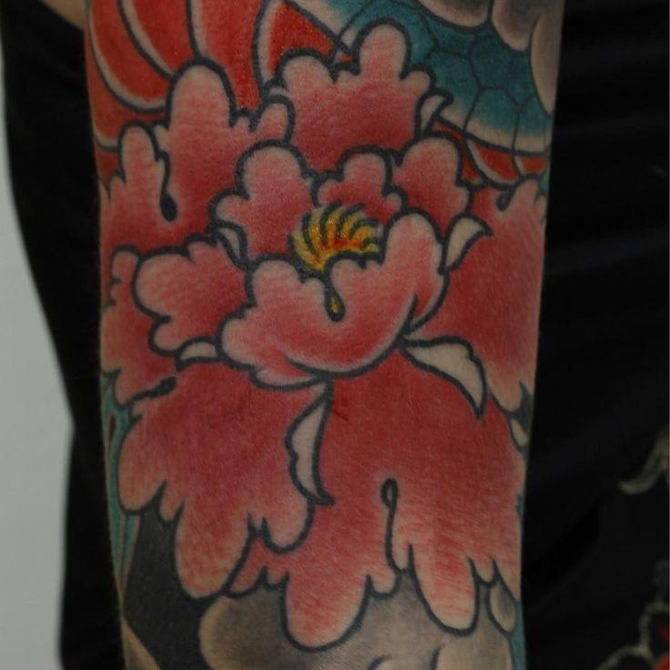 Pronto subiré fotos de la pieza completa. Brazo terminado en cuatro sesiones! Gracias por no dejar como otros taaaaaaantos tu brazo a medias!!! Buen lunes para todos! #botan #japanese #japanesecollective #irezumi #irezumitattoo #irezumicollective #wabori #waboritattoo #ink #inkedgirls #peony #tattoo #traditional #traditionaltattoo #traditionaljapanese #mudrastattoo #alvaromudrastattoo #TopClassTattooing by alvaromudrastattoo