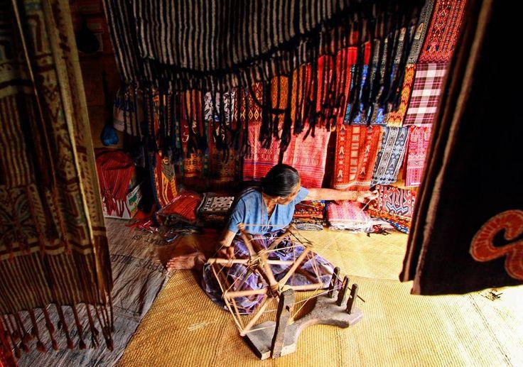 """""""Tenun Toraja.  @adventureborneo  #bringmetoborneo  #adventureborneo  #adventureborneoartandculture"""""""
