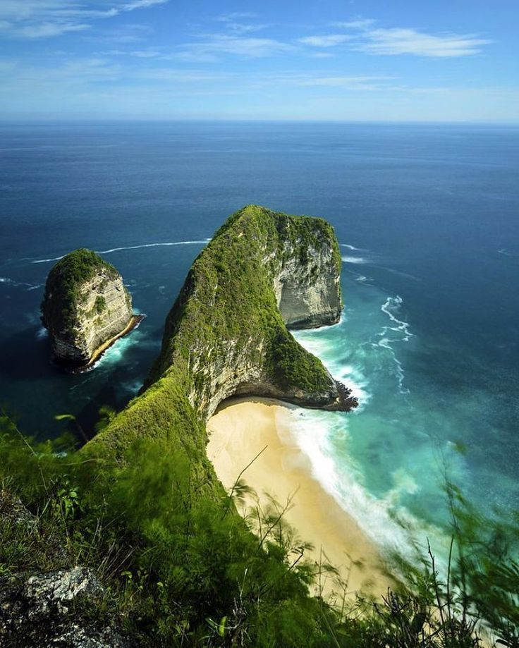 Paluang Cliff Nusa Penida Island - Bali. #Theluxurybali #Paluangcliff #Nusapenida  A natural beauty hidden behind the hills and lush fields disappear even to get there you had to descend hundreds of steps up to the end stunning landscape. the beauty of the beach this one will surely give a deeper impression. That's because every corner is so beautiful and charming.  Distinct natural beauty and tranquility of the beach atmosphere at this beach make anyone fall in love with the visit. Photo…
