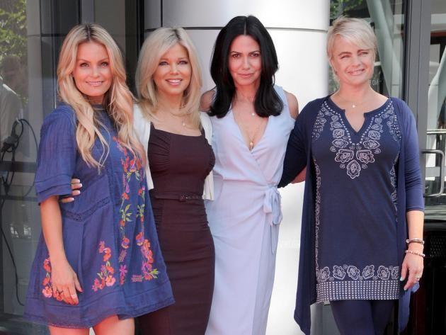 """Wow! Diese vier Damen sehen auch im etwas reiferen Alter noch immer attraktiv und junggeblieben aus. Die Schauspielerinnen Kelly Packard, Donna D'Errico, Nancy Valen und Erika Eleniak liefen in den 90er Jahren allesamt in den ersten Staffeln der Kultserie """"Baywatch – Die Rettungsschwimmer von Malibu"""" als sexy Badenixen über den Strand. In Los Angeles haben sich die vier nun wieder getroffen."""