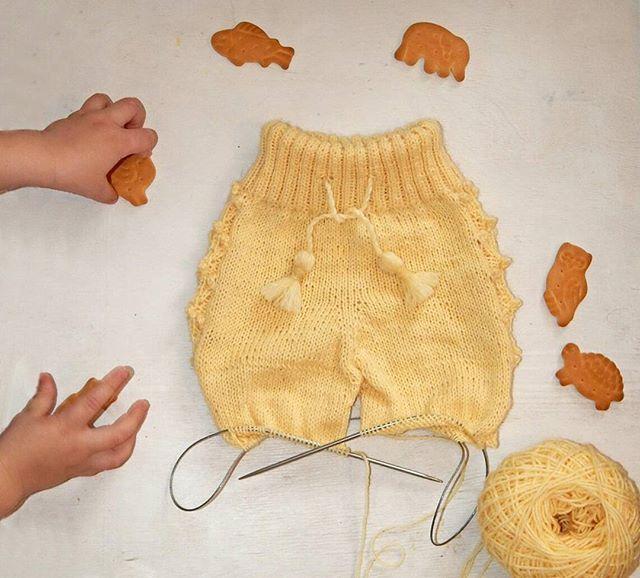 Положила для фона печенье. Пока с фотоаппаратом возилась, чьи-то проворные ручки залезли в кадр. Фото с места преступления  #вязание #вяжутнетолькобабушки #вязаниебарнаул #bm_knitting #вязанаякофта #вязаниедлядетей #knittingforkids #knitting #вязаниедетям #вязаниедлямалышей #вязаниеалтай #барнаул #барнаул22 #барнаулвязаниедеткам #вязаныевещидлядетей_knt #вязаныевещи #вяжуспицами #вязаныештаны #вязаниедляноворожденных