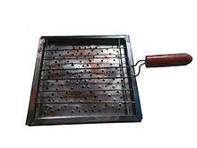 Tostadora de hojalata. Es un aparato que suele utilizarse en cocinas a gas. Pertenece a los utensilios de cocina tradicionales de Chile y aunque aún algunos se fabrican manualmente, desde 1950 se producen en forma masiva y se exportan de este país al resto del mundo.