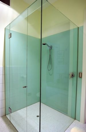 How to install large tempered glass sheets around bathtub