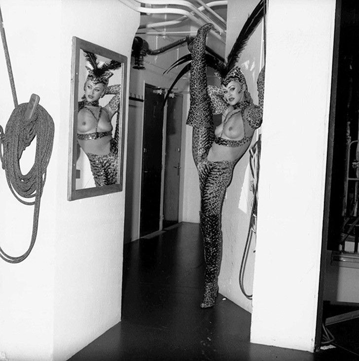 «Мулен Руж»2001 год. Танцовщица разминается перед выступлением