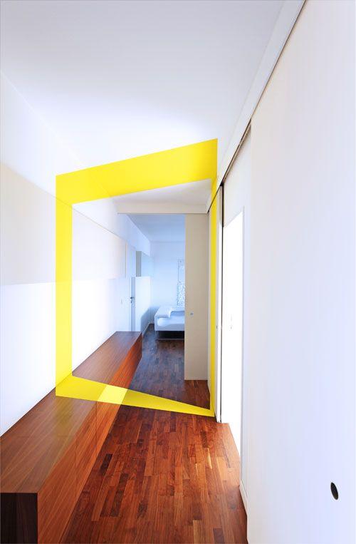 Anamorphose - bande jaune - effet rayon de lumière venu de l'autre pièce