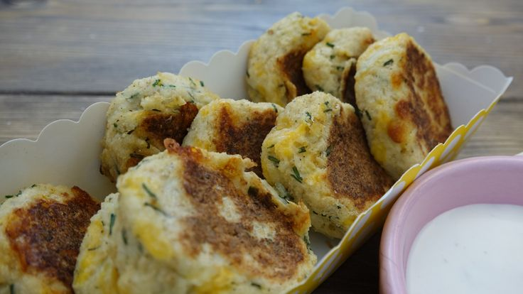 Blomkålsnuggets er nemme at lave, sunde og så smager de vanvittigt godt. Brug dem som tilbehør til kød eller lav dem om til bøffer, og brug dem i burgeren. Du skal bruge: 450 g. blomkål 1 æg 1 dl. cheddar 1 dl. parmesan 0,5 dl. purløg Salt og peber Sådan gør du: Blend blomkålen, til …