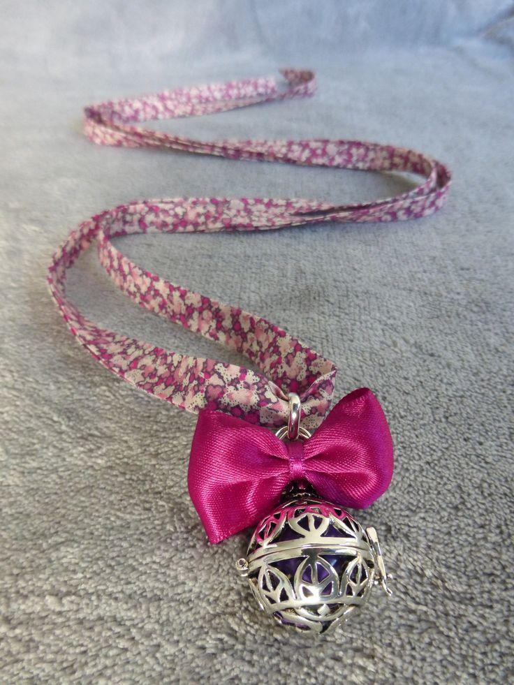 Bola de grossesse avec motif de feuilles indiennes et ohm, avec un noeud rose fuchsia et une bille blanche, en sautoir : Maman par bola-de-grossesse
