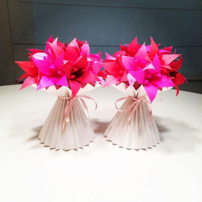 Os lírios do post de ontem viraram vasos no post de hoje. Adoro esses vasos plissados. Dão um efeito super bonito. E as cores são assim mesmo. Fiz com o papel Astrobrights, que tem cores absurdas!
