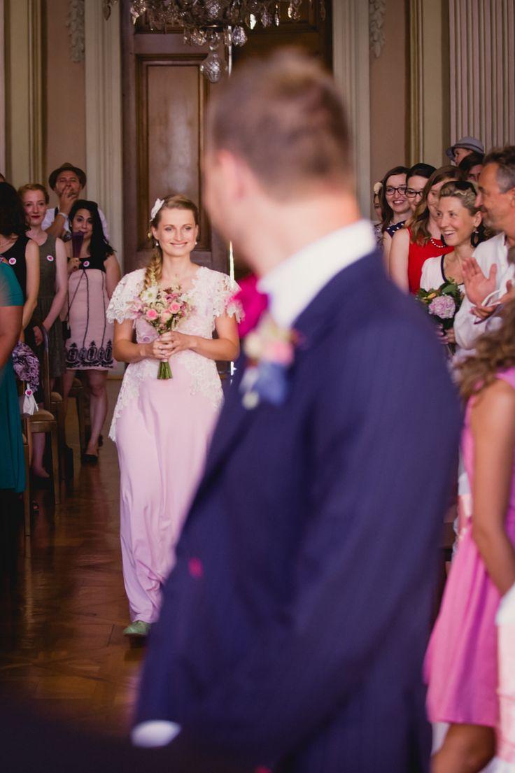 Dojemná svatba Olinky a Honzy na zámku Slavkov. / Svatební agentura Million Bells zajistila přípravy hostny, vybavení hostiny, organizaci a koordinaci 170 svatebních hostů.
