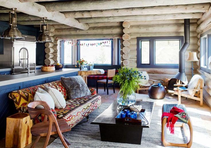 Яркий бревенчатый дом