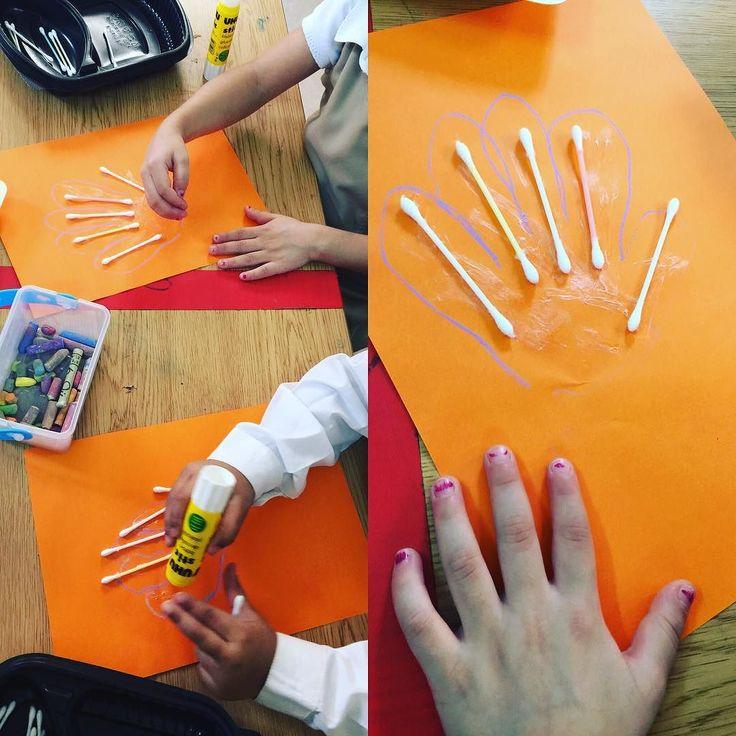 #وحدة_الايدي #الركن_الفني #عمل_فني لأصابع اليد  رسموا حدود اليد بالطباشير ثم الصقوا اعواد الأذن كعظام لكل اصبع
