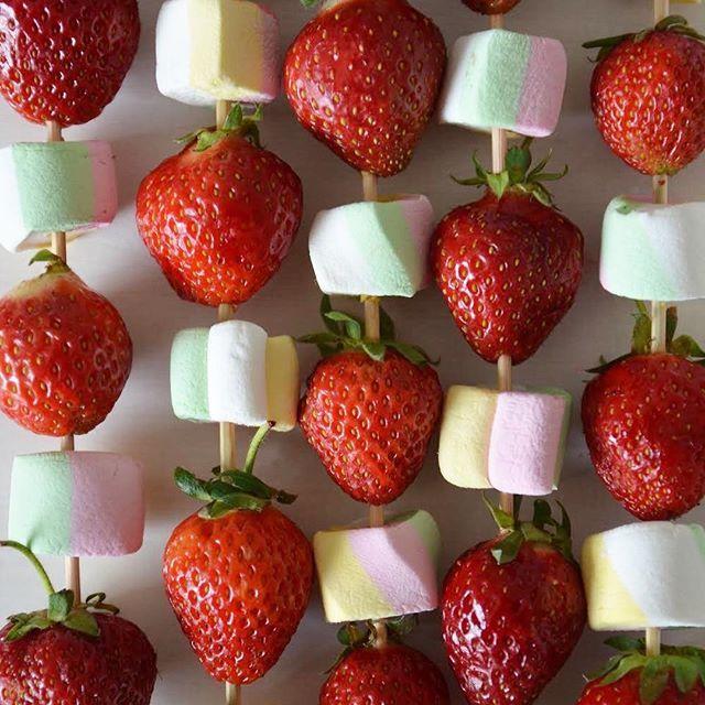 Midsummer snacks     #juhannus #juhannus2017 #midsommar #midsummer #strawberry #mansikka #pirunkalliit #suomalaisetmansikat #vaahtokarkki #marshmallowpops #grill #bbq #grillivartaat #kesä #summer #finland #blogger #picoftheday #igers