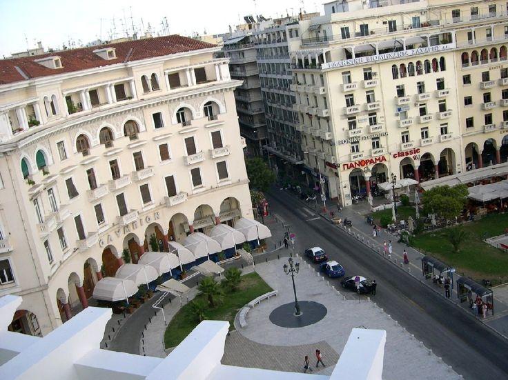 Gekk margoft þessa götu! Vinstra megin er Hótel sem man ekki lengur hvað heitir. :) Bjó í Thessaloniki frá sept 05 - feb 06. :)