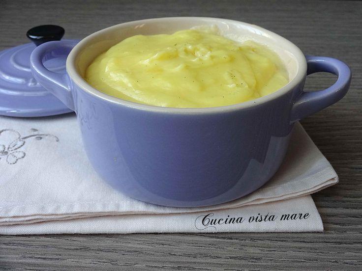 La crema pasticcera alla panna è soffice, cremosa, morbida, ha un gusto delicato e non contiene glutine: da gustare al cucchiaio o per farcire torte!