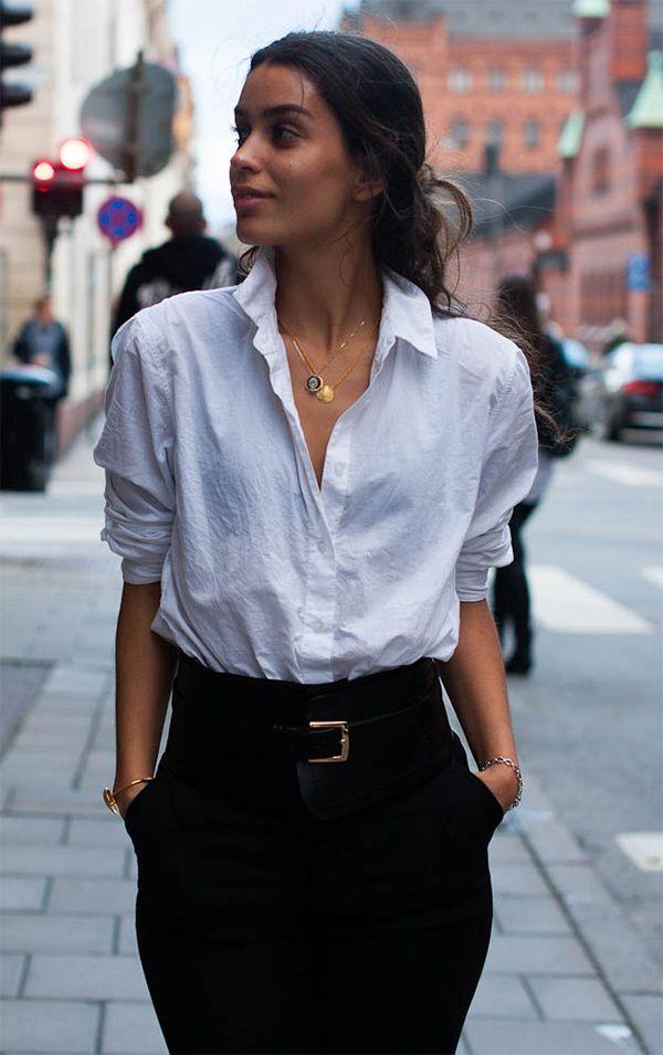 Street style look camisa branca. A clássica que vai com tudo. Dica pra deixá-la mais despojada é manter as mangas arregaçadas e levantar um pouco a gola, como na foto acima.