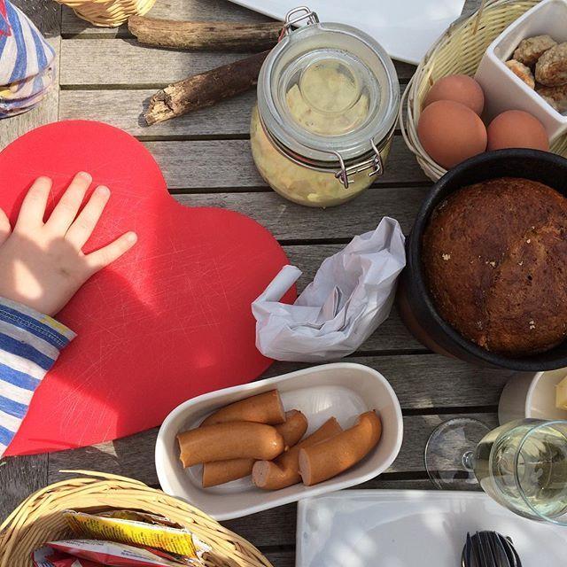 Was für ein herrlicher Tag im Obstparadies Schuback im Alten Land. Auf dem Hof kann man Picknickkörbe bestellen und dann unter Kirsch- und Apfelbäumen 🍒🍏🍎 essen, spielen und den Tag genießen. Toll auch für einen Geburtstag, wozu wir heute hierhin eingeladen waren, da gibt es die nette Gesellschaft gleich gratis dazu 😊 #altesland #jork #obstparadiesschuback #picknick #hamburgerumland #hamburg #stadtschwalben #stadtschwalbenunterwegs