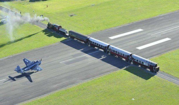 #Gisborne #Nueva Zelanda, el #aeropuerto está situado sobre una autopista, que además se cruza con unas vías de #ferrocarril, por lo que los #controladores aéreos tienen que coordinar los aterrizajes con los horarios de los trenes para evitar accidentes.