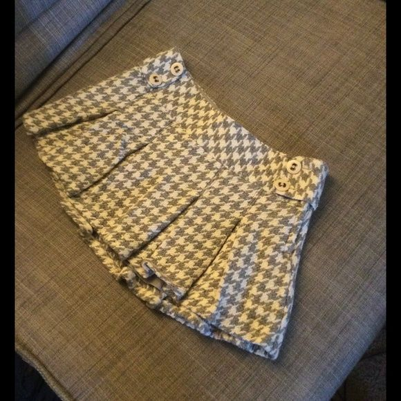 Aeropostale houndstooth gray wool skirt size 9 Cute skirt, juniors size 9/10, would probably also fit a women's size 8. Wool skirt with lining. Really cute button details on the sides, with a hidden zipper as well. Cannot model. Aeropostale Skirts Mini