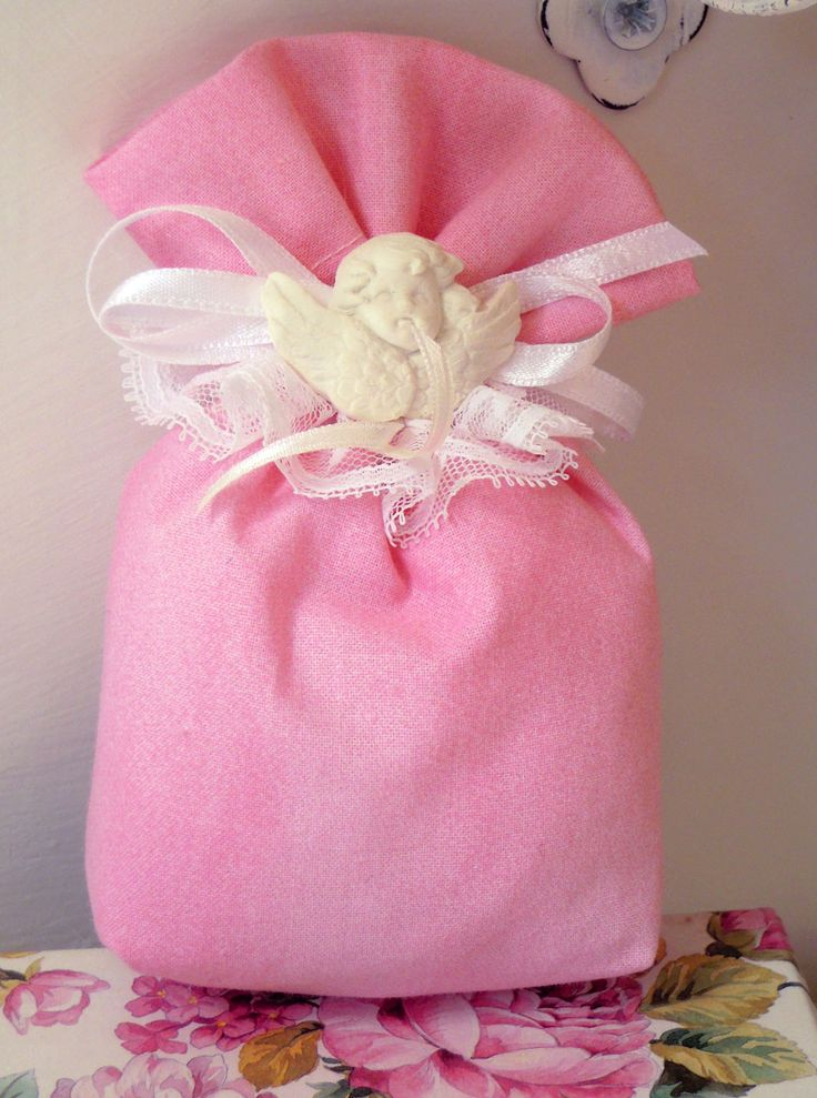 Saccottino cotone con angelo gesso profumato Mathilde M., con coccarda pizzo e nastri raso.  Completa di n.5 confetti in scatolina in PVC.