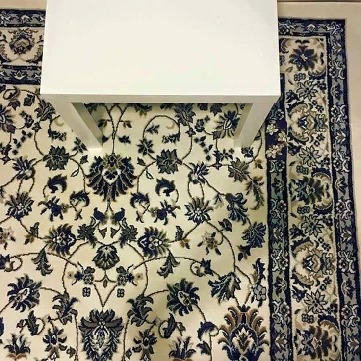 Na tym dywanie leży telefon. Widzicie go?