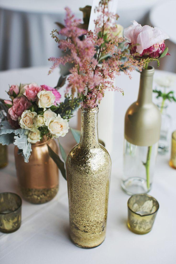 Essas garrafas decorativas ou potes reciclados foram reutilizados para serem usadas como peças centrais da mesa dos convidados, vasos ou mesmo presentes.