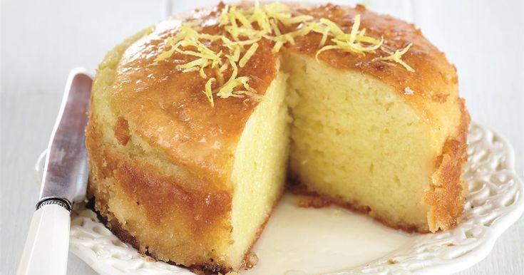 ΥΛΙΚΑ (για 1 ταψί διαμέτρου 25 εκ.) 500 γρ. στραγγιστό γιαούρτι 2% λιπαρά 200 γρ. ψιλό σιμιγδάλι 80 γρ. ζάχαρη 100 γρ. αλεύρι για όλες τι...