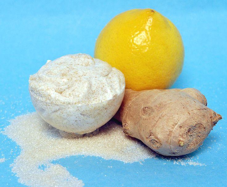 Schwatz Katz Peeling selber machen: Wie aus Kokos- und Mandelöl durch Zusatz von Ingwer, Zitrone und Zucker ein klärendes Pflegepeeling für die Haut wird.